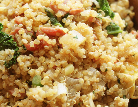 Quinoa con bacon, frutos secos y hierbas